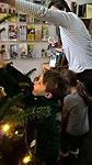 Kinder schmückten den Tannenbaum